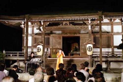 昨年の観月会の様子。シャンソン歌手のクミコさんのコンサートが開催されました
